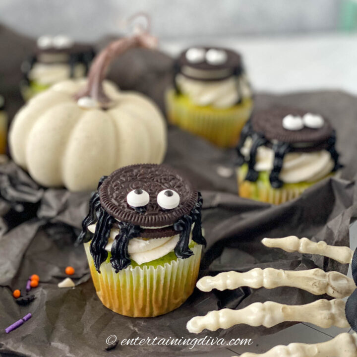 Easy Halloween spider cupcakes with oreo cookies