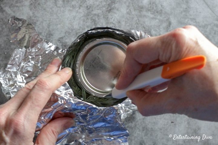 Remove the faux ice from around the lid of the mason jar
